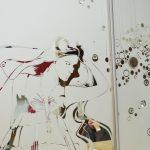 Фрагмент зеркала с рисунком в шкафу.